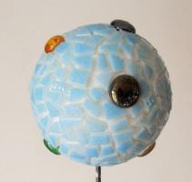Boule mosaique deco de jardin billes sur fond bleu 1