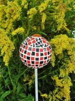 Boule mosaique deco de jardin rouge et noir 1