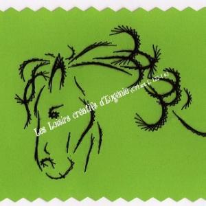 Broderie sur papier carte a broder loisirs creatifs tete de cheval vert