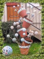 Colonne de pots en mosaique garnie de tuteurs de jardin 1