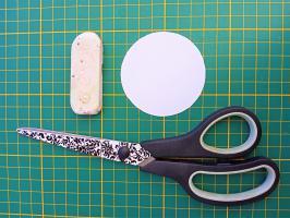 Decouper le cercle de papier avec des ciseaux loisir creatif eugenie diy fait main