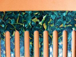 Peigne quilling plastique 13 dents diy outil loisir creatif eugenie materiel paperolles bande de papier gros plan vert dore comb