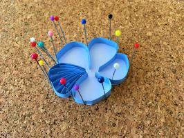 Quilling fleur de lin nervure d un petale bande de papier colle sur la tranche en cours de realisation
