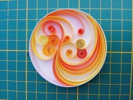Quilling soleil en cours de realisation bande papier paperolles arabesque tuto modele explication initiation apprendre jaune orange spirale