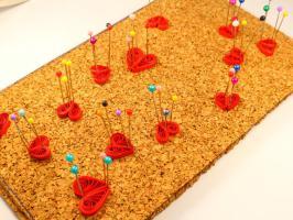 Realisation coeur quilling rouge papier roule epingler sur plaque de liege 1