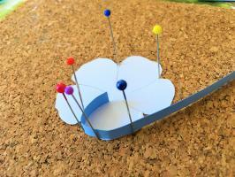 Realisation du contour en papier quilling bleu lavande d une fleur de lin