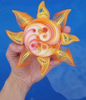 Soleil quilling modele facile spirale bande papier paperolles jaune orange fond bleu loisir creatif eugenie