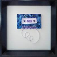 Tableau quilling annees 80 cassette audio bleu bande papier roule paperolles vintage retro loisirs creatifs eugenie
