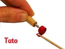 Tuto quilling facile rouler une bande de papier stylet bois cercle serre paperolles rouge